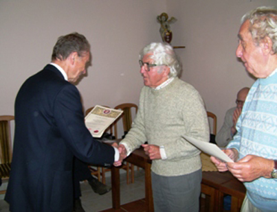 Pan Bogdan Ciundziewicki wręcza dyplomy Seniorom, Panom Janowi Dobkowskiemu i  Zdzisławowi Niecikowskiemu (z prawej)